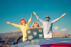Viaje feliz de la familia en coche en las montañas fotografía de archivo libre de regalías