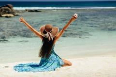 Viaje feliz de la mujer con smartphone en la playa foto de archivo libre de regalías
