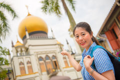 Viaje feliz de la mujer de Asia en Singapur, sultán de Masjid Imagen de archivo