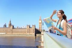 Viaje feliz de la mujer en Londres Imágenes de archivo libres de regalías