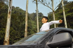 Viaje feliz del muchacho en coche Fotografía de archivo