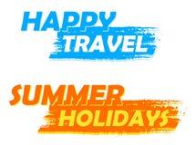 Viaje feliz y etiquetas dibujadas de las vacaciones de verano, azules y anaranjadas Fotos de archivo