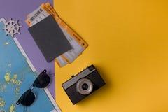 Viaje fijado en fondo colorido Fotos de archivo
