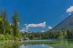 Viaje hermoso de la exploración a lo largo de las colinas alpinas de Berchtesgaden - Hintersee imagenes de archivo
