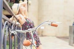 Viaje hermoso de la mujer en Europa en bicicleta del vintage de la ciudad Imagen de archivo