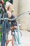 Viaje hermoso de la mujer en Europa en bicicleta del vintage de la ciudad Imagen de archivo libre de regalías