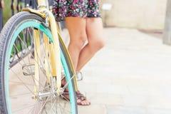 Viaje hermoso de la mujer en Europa en bicicleta del vintage de la ciudad Foto de archivo