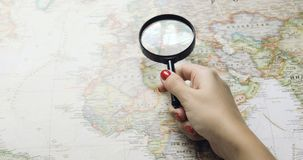 Viaje joven feliz del planeamiento de los pares del inconformista en mapa del mundo Visión superior almacen de metraje de vídeo