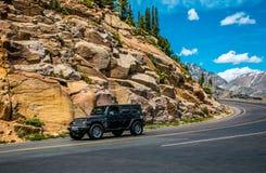 Viaje a la región salvaje de Colorado Jeep del coche en un camino de la montaña en Rocky Mountains imagen de archivo libre de regalías