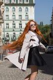 Viaje largo w del turismo de la ciudad del pelirrojo del pelo de la muchacha atractiva del retrato Imagen de archivo