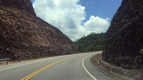 Viaje a las montañas Paseo a través de las montañas Camino a través de las montañas almacen de metraje de vídeo