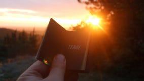 Viaje - libro con la inscripción Puesta del sol metrajes