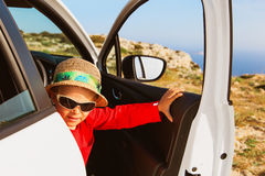 Viaje lindo del niño pequeño en coche en montañas Imagenes de archivo