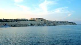 Viaje a lo largo del puerto magnífico de La Valeta, Malta almacen de metraje de vídeo