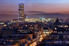 Viaje Montparnasse sobre los tejados de París en la oscuridad Foto de archivo libre de regalías