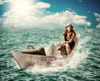 Viaje. Mujer con equipaje en el barco Imagen de archivo libre de regalías