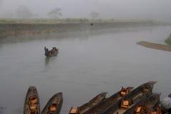 Viaje Nepal: Montar a caballo de la canoa en el parque nacional de Chitwan Foto de archivo