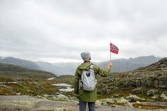 Viaje a Noruega, caminhante feliz do turista com a trouxa que está sobre imagem de stock royalty free