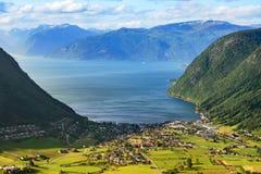 Viaje a Noruega: opinión panorámica sobre pequeña ciudad y el fiordo Foto de archivo