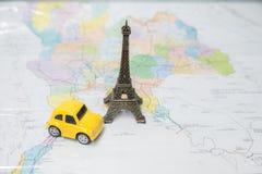 Viaje a Paris, à lembrança dada forma torre Eiffel e ao brinquedo dado forma carro imagens de stock royalty free