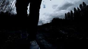 Viaje peligroso Vaya en la noche en un lugar peligroso almacen de video