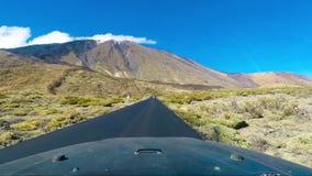 Viaje pelo carro dentro da vista em montanhas com nuvens video estoque