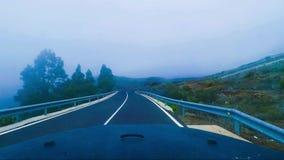 Viaje pelo carro dentro da vista em montanhas com nuvens vídeos de arquivo