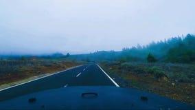 Viaje pelo carro dentro da vista em montanhas com nuvens filme