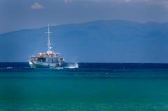 Viaje pelo mar em um barco de mar confortável Fotografia de Stock Royalty Free