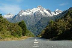 Viaje por carretera austral de Carretera, montaña dentada sobre el camino imagenes de archivo