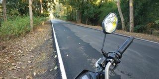 Viaje por carretera, bosque, parque nacional del kanha, casco fotografía de archivo libre de regalías