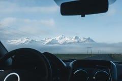 Viaje por carretera de Islandia, visión desde el coche Imágenes de archivo libres de regalías