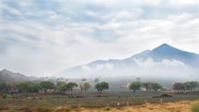 Viaje por carretera de niebla Imagen de archivo