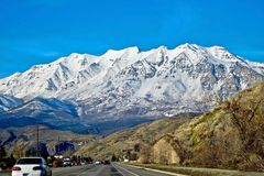 Viaje por carretera de Salt Lake City a la estación de esquí de Park City en invierno fotos de archivo