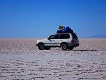 Viaje por carretera en el plano de la sal de Uyuni fotos de archivo