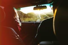 Viaje por carretera feliz de los pares Concepto de la forma de vida del viaje del viaje Fotografía de archivo libre de regalías