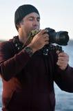 Viaje profesional en fotógrafo de la ubicación y de la naturaleza Foto de archivo libre de regalías