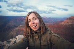 Viaje que camina la foto del selfie del estudiante hermoso joven del adolescente en el punto de vista de Grand Canyon en Arizona Imagen de archivo