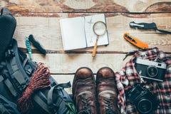 Viaje que camina los accesorios en la tabla de madera vieja, visión superior La aventura Vacations concepto al aire libre del via imagen de archivo libre de regalías