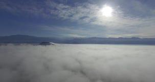Viaje sobre las nubes almacen de video