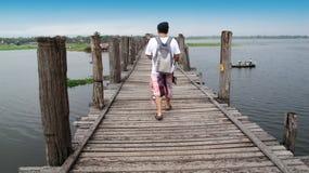 Viaje tailandés del hombre y el caminar en el puente de U Bein en Amarapura, Myanmar Fotografía de archivo