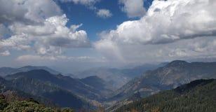 Viaje a través de las montañas que tocan el cielo imagenes de archivo