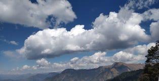 Viaje a través de las montañas que tocan el cielo fotos de archivo