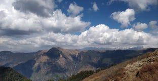 Viaje a través de las montañas que tocan el cielo fotografía de archivo