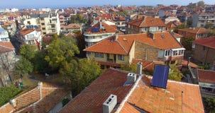 Viaje a través de los tejados de la arcilla del Pomorie viejo en Bulgaria almacen de metraje de vídeo