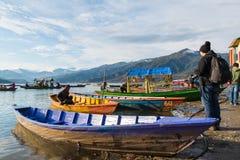 Viaje turístico no identificado en el lago Phewa fotos de archivo libres de regalías