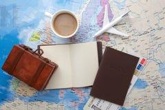 Viaje, vacaciones del viaje, maqueta del turismo - cuaderno ascendente cercano, maleta, aeroplano del juguete en mapa foto de archivo libre de regalías