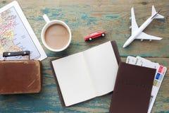 Viaje, vacaciones del viaje, maqueta del turismo - cuaderno ascendente cercano, maleta, aeroplano del juguete y mapa turístico en fotos de archivo libres de regalías