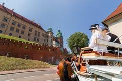 Viaje-Wawel Castillo-Cracovia-Polonia real del carro del caballo Imagen de archivo libre de regalías