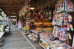 Viaje y compras en el mercado flotante de Pattaya imagenes de archivo